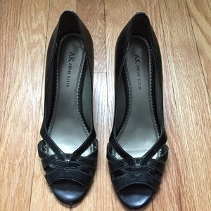 Women's heeled dress shoes